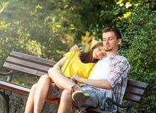 Kochający potomstwa dobierają się relaksować w parku zdjęcie royalty free