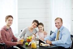 Kochający rodzina składająca się z czterech osób przy śniadaniem obraz stock