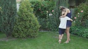 Kochający syn przedstawia pięknego wzrastał jego matka zdjęcie wideo