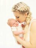 Kochających potomstw macierzysty trzymać dalej wręcza sypialnego niemowlaka dom obraz stock