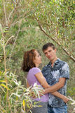 Kochająca para obejmuje outdoors Obrazy Stock