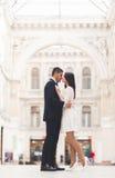 Kochająca para pozuje w starym miasteczku Zdjęcia Stock
