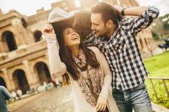 Kochająca para przed Colosseum w Rzym Obrazy Royalty Free