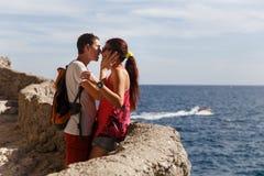 Kochająca pary pozycja na wzgórzu Obraz Royalty Free