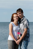 Kochająca potomstwo para przy morzem Fotografia Stock