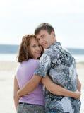 Kochająca potomstwo para przy morzem Zdjęcie Royalty Free