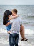 Kochająca potomstwo para przy morzem Zdjęcia Royalty Free