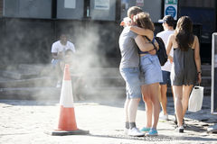 Kochający pary obejmowanie na Ceglanym pasie ruchu Zdjęcie Stock