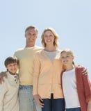 Kochający rodzice I dzieci Stoi Przeciw Jasnemu niebieskiemu niebu Obrazy Royalty Free