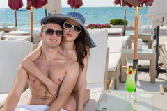 Kochająca potomstwo para cieszy się wakacje Fotografia Stock