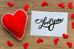 kocham cię, ` kocham ciebie ` czerwień czująca ręcznie robiony notatka z słowo miłością i serce Ty « Na starym drewna background zdjęcie royalty free