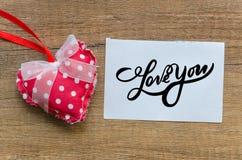 kocham cię, ` kocham ciebie ` czerwony serce i notatka z słowo miłością Ty « Na starym drewna background zdjęcia stock