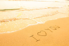 Kocham ciebie - inskrypcja na plażowym piasku obraz stock