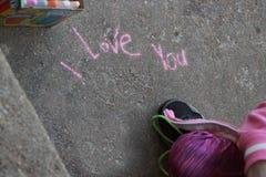 Kocham ciebie pisać w chodniczek kredzie zdjęcie stock