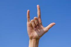 Kocham ciebie ręka znak z niebieskim niebem Fotografia Royalty Free