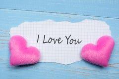 Kocham CIEBIE słowo na papier notatce z par menchii kształta kierową dekoracją na błękitnym drewnianym stołowym tle Poślubiać, Ro fotografia stock