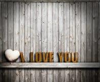 Kocham ciebie walentynka dzień Tekst i serce kamień na drewnianym tle Obrazy Stock