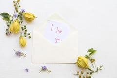 Kocham ciebie wiadomości karciany handwriting z ylang kwiatem obraz royalty free