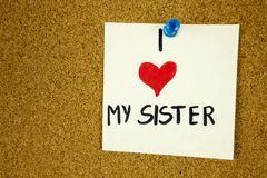Kocham mój siostrzaną kartę z sercem Kocham mój siostrzaną kartę z sercem na korek deski tle Obraz Stock