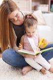 Kocham mnie gdy mama czyta ja Fotografia Royalty Free