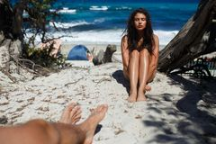 Kocham robi dotykom jego dziewczyny Miłość w lotniczym pojęciu, sprawa na plaży Corsica wyspa zdjęcie stock