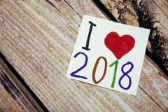 Kocham 2018 rok z czerwonym kierowym symbolem Ręcznie pisany wiadomość na białym papierze z drewnianą barkentyną w tle Pozytywny  Obraz Royalty Free