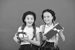 Kochamy bo?e narodzenia Ma?e ?liczne dziewczyny otrzymywali wakacyjnych prezenty Najlepszy bo?e narodzenie prezenty i zabawki Dzi obraz stock
