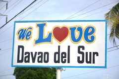 ` KOCHAMY DAVAO DEL SURA ` Znak lokalizować przed Davao Del Sura Kolosseum, Matti, Digos miasto, Davao Del Sura, Filipiny zdjęcia stock