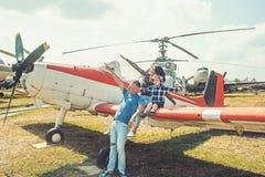 Kochamy latać Rodzinna para z synem na urlopowej podróży Kobieta i mężczyzna z chłopiec dzieckiem przy helikopterem szczęśliwa ro obrazy stock