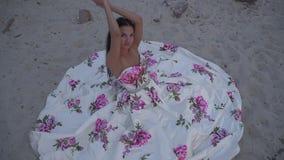 Kochana dama w długiej wieczór sukni zdjęcie wideo