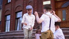 Kochana dziecko sztuka na ulicie w pięknym retro odziewa Dzieci w eleganckim retro ubrania szukali zdjęcie wideo