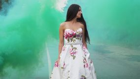 Kochana dziewczyna w dłudzy smokingowi spacery w koloru dymu zbiory wideo