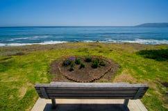 Kochanek ławka na Kalifornia wybrzeżu Fotografia Stock