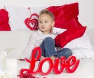 Kochanek chłopiec spęczenie w walentynka dniu Zdjęcia Royalty Free