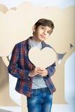 Kochanek chłopiec trzyma kartonowego serce pocałunek miłości człowieka koncepcja kobieta Obrazy Royalty Free