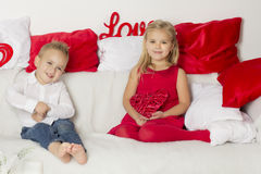 Kochanek chłopiec daje dziewczyny sercu Fotografia Royalty Free