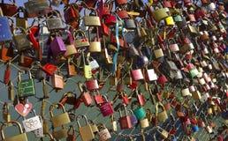 Kochanek kłódki na bridżowym poręczu Obrazy Stock