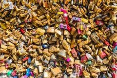 Kochanek kłódki na moscie w Paryż Zdjęcie Royalty Free