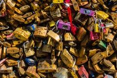 Kochanek kłódki na moscie w Paryż Zdjęcie Stock