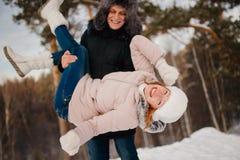 Kochanek para chodzi w śniegu z psem fotografia royalty free