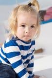 kochanie śliczny dziecko w pasiastym odziewa szczęśliwy dzieciństwo chłopiec dziecko dziecko z blong włosy Elegancki i śliczny Zdjęcie Stock