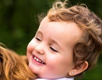 kochanie chłopcy jego odosobnionej portret góry berbecia zabawki retro małej uśmiechniętym cysternowej ciężarówki biały drewna Obraz Stock
