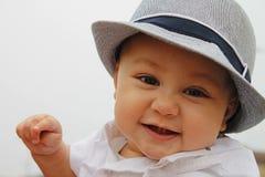kochanie chłopcy jego odosobnionej portret góry berbecia zabawki retro małej uśmiechniętym cysternowej ciężarówki biały drewna Zdjęcie Royalty Free