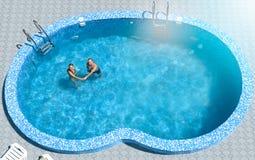 Kochanka pływanie w basenie Obrazy Royalty Free