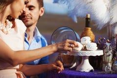 Kochanka romantyczny gość restauracji w lawendy polu Fotografia Royalty Free