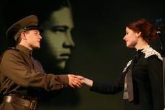 Kochanka spotkanie Rosyjski żołnierz i jego dziewczyna Portret Rosyjski żołnierz Zdjęcia Royalty Free