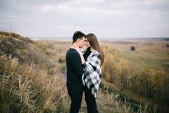 Kochankowie chodzi w górach Jesieni miłość dwa szczęśliwego ludzie Lovebirds obejmują miękkie ogniska, fotografia stock