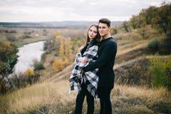 Kochankowie chodzi w górach Jesieni miłość dwa szczęśliwego ludzie Lovebirds obejmują Piękny miejsce dla daty zdjęcie royalty free