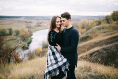 Kochankowie chodzi w górach Jesieni miłość dwa szczęśliwego ludzie Lovebirds obejmują Piękny miejsce dla daty obraz royalty free