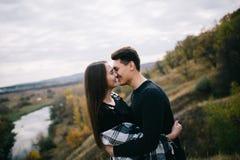 Kochankowie chodzi w górach Jesieni miłość dwa szczęśliwego ludzie Lovebirds obejmują Piękny miejsce dla daty obrazy royalty free